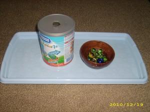 se transfera bilutele din castron in cutie, prin gaura din mijloc
